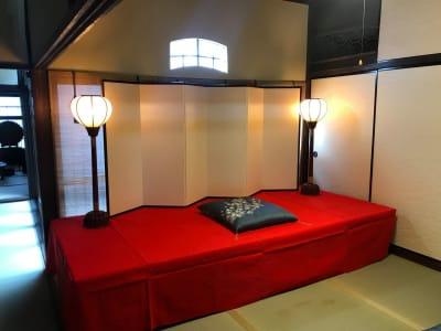 落語会や古典芸能の会には、高台をご用意することも可能です。 - Udatsuya (うだつや) うだつや本館の室内の写真