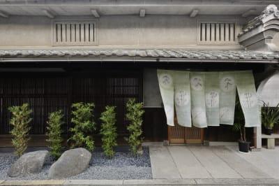 建物入り口にイベント看板を設置可能です。 - Udatsuya (うだつや) うだつや本館の入口の写真