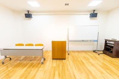 演説台 - 枚方ビオルネ ビィーゴ セミナールームAの設備の写真