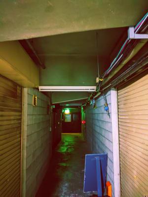 怪しい雰囲気の地下通路です。 電気を消すとこんな雰囲気の撮影も可能です。 - 黒門カルチャーファクトリー 撮影スタジオの入口の写真