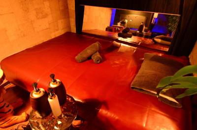 エステ用の施術台 - 🉐LUX新宿🍷エステ/撮影 👾50型TVの室内の写真