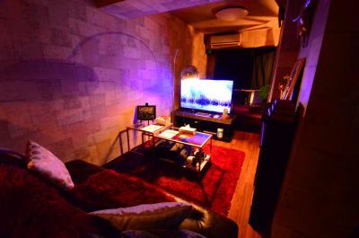 リビングと施術台の雰囲気です - 🉐LUX新宿🍷エステ/撮影 👾50型TVの室内の写真