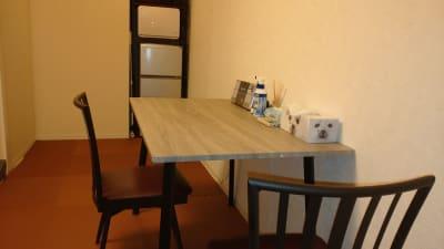広めのテーブルです。 - 完全個室サロン「ヨウコウ」 落ち着きのあるサロンスペースの設備の写真