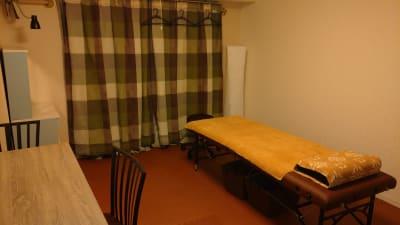 マッサージベッドです。 - 完全個室サロン「ヨウコウ」 落ち着きのあるサロンスペースの設備の写真