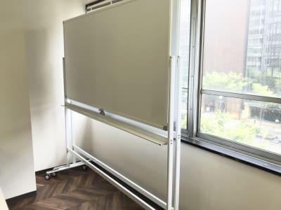 180cmのホワイトボードが2台あります。 - funlabo梅田【大阪駅すぐ】 NEW大阪駅すぐの貸し会議室の設備の写真