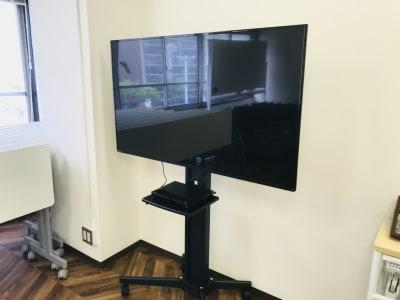 55型モニター。HDMI対応。 - funlabo梅田【大阪駅すぐ】 NEW大阪駅すぐの貸し会議室の設備の写真