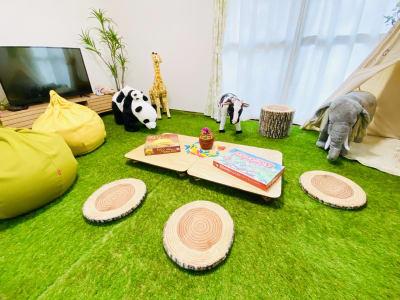 テーブルは折りたたみ式のため、簡単にレイアウトを変更できます。 - SMILE+ずーしばランド天王寺 パーティスペースの室内の写真