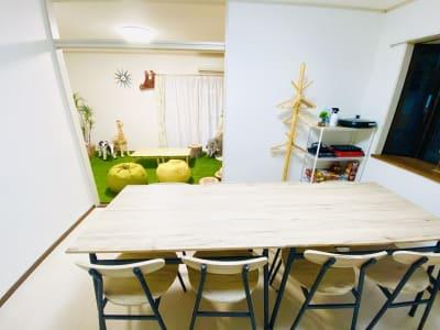 広々としたダイニングでのんびりお食事ができます! - SMILE+ずーしばランド天王寺 パーティスペースの室内の写真