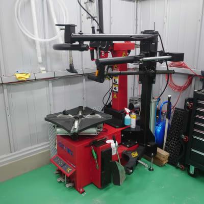 タイヤチェンジャー レバーレス24インチ対応 - けんちゃん工房 レンタルガレージ/レンタルピットの設備の写真