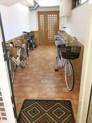 自転車は、屋内に駐輪してください(必須) - レンタルサロン(ルームB)の入口の写真