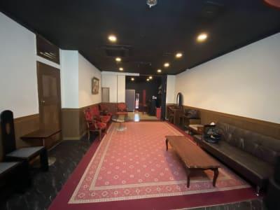 ラウンジ・応接・観賞 壁上部にはタル木を設置しております。独立した空間を演出。 - MKスタジオ 全ての用途OKの室内の写真