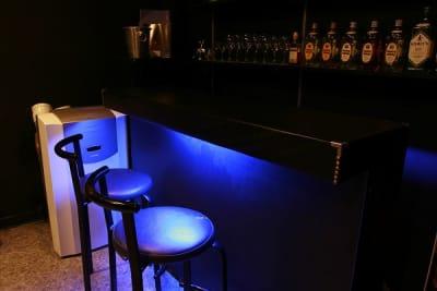 BARシーン BARカウンターはセット。ラウンジ風ロケーシに設定可能。 - MKスタジオ 全ての用途OKの室内の写真