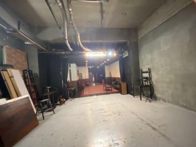 必要であれば単管も撤去できます。 牢屋はキャスター付きで移動が容易です。  - MKスタジオ 全ての用途OKの室内の写真
