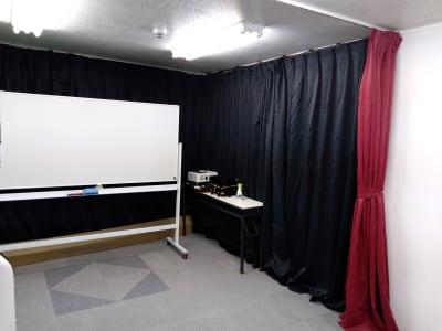 ① 遮光カーテン増設しました。 ある程度の光と音も防げます!! ※端に寄せれます - 大京クラブ【レンタルスペース】 【多目的スペース】の設備の写真