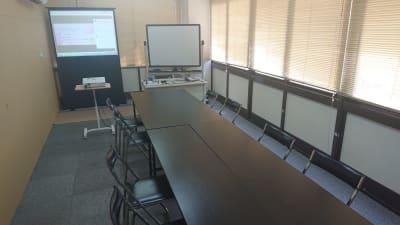 8名掛け 会議、ミーティング ※ソーシャルディスタンスの場合は、4名が理想 - 貸会議室リヴィング・ラボとくしま 小ルーム JR徳島駅近く貸し会場の室内の写真