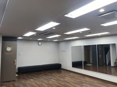 鏡は3枚ご用意。全身をご確認いただけるサイズです。 - Y-STUDIO ダンス&ヨガスタジオの室内の写真