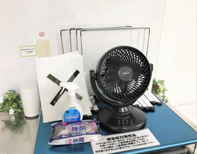 飛沫防止パネルやサーキュレーター等はご自由にお使いください。 - 貸会議室アクア大宮東口 12畳貸し切り 203号室の設備の写真