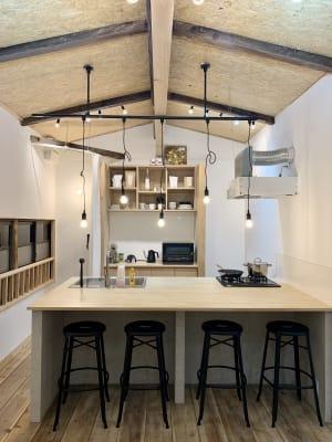 キッチンは3口のガスコンロと魚焼きグリルがあります - キッチン&会議室|上町サンク 2階スペースの室内の写真