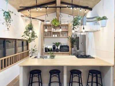 キッチンは4名が座れるカウンターキッチンになっています。 - キッチン&会議室|上町サンク 2階スペースの室内の写真