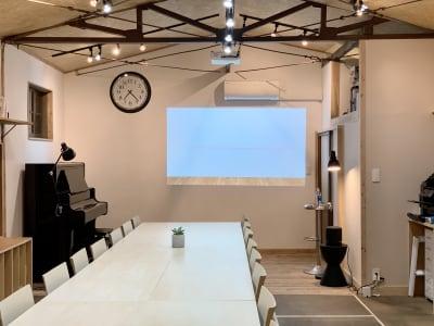 100インチの大型プロジェクターがあります - キッチン&会議室|上町サンク 2階スペースの室内の写真