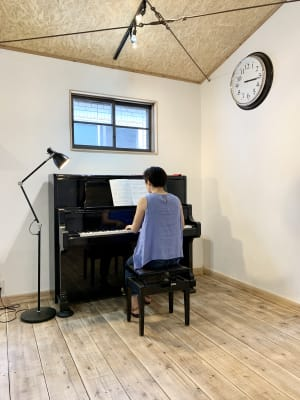 ピアノはグランド型のアップライトです - キッチン&会議室|上町サンク 2階スペースの室内の写真