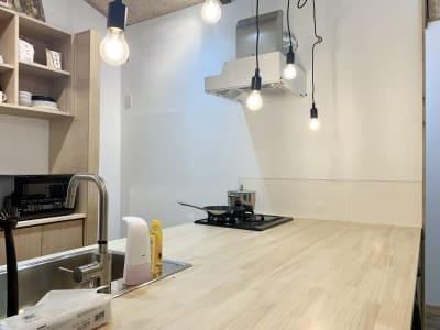 キッチンも奥行きがあり、大勢の食事の盛り付けもキッチンで出来ます - キッチン&会議室|上町サンク 2階スペースの室内の写真