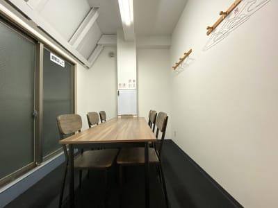 カラメル横浜西口店 A室(イエロー)の室内の写真