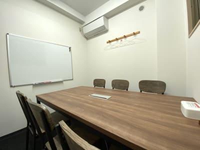 カラメル横浜西口店 C室(オレンジ)の室内の写真