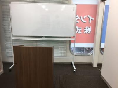 ホワイトボード&演台 - ナレ・インターナショナル会議室 NARE貸会議室Aの設備の写真