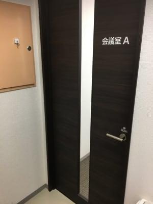 A教室正面 - ナレ・インターナショナル会議室 NARE貸会議室Aの入口の写真