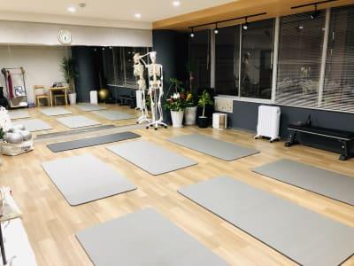 ヨガマット(6枚)、ベンチ台、骨格模型(等身大) - トレーニングスタジオクラウン レンタルスタジオの設備の写真
