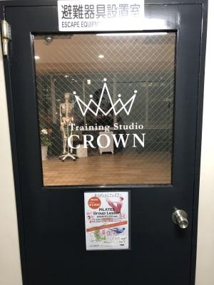 エレベーターを降りて右側のテナントです。 お隣に、治療院があります。 - トレーニングスタジオクラウン レンタルスタジオの入口の写真