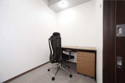 オンライン会議での利用も可!もちろんデスクワークや勉強にもご利用いただけます。 - ビステーション新横浜 個室ドロップイン3の室内の写真