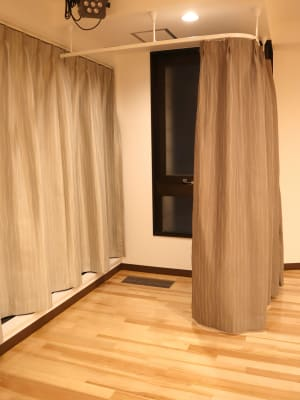 カーテン更衣室3つ - TDSレンタルスタジオ池袋 メインスタジオの室内の写真