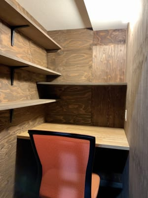 デスクとチェアと電源は用意しております。 - 龍造寺Lab.造 個室の室内の写真