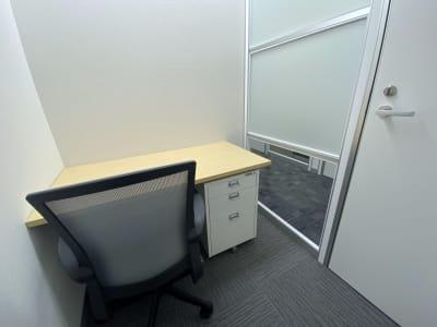 周りの目が気にならず、落ち着いて作業ができます。 - BAレンタルオフィス本町 半個室《1名様用・声出し不可》3の室内の写真