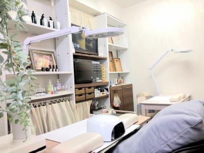 奥のテーブルで施術を行っていただけます - YUKIKOS ネイルスペースの室内の写真