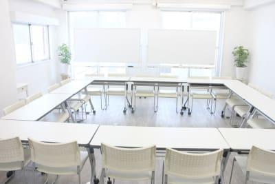 「ロの字」型。 「理事会」等で好まれるレイアウトです。 20名まで着席。  - ソレイユ新宿 貸し会議室の室内の写真