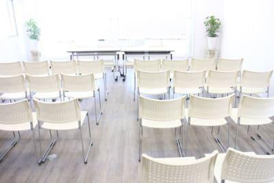 シアタースタイルはトータル30名様まで収容。 - ソレイユ新宿 貸し会議室の室内の写真