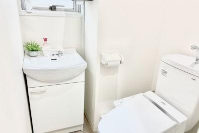 清潔でメンテナンスの良いトイレは室内に2箇所あります。 - ソレイユ新宿 貸し会議室の室内の写真