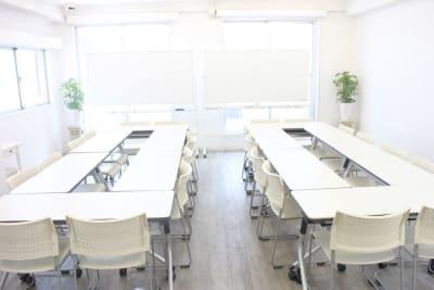 「ロの字」を2列のレイアウトも研修等で人気です。 - ソレイユ新宿 貸し会議室の室内の写真