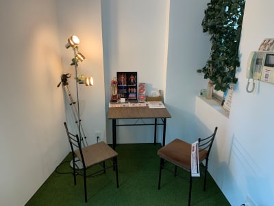 机1個、椅子2脚 テレワーク、面接、打ち合わせ、商談、展示会、定期利用サテライ - レンタルジム パーソナルに最適 レンタルジムスペース 広尾恵比寿の室内の写真