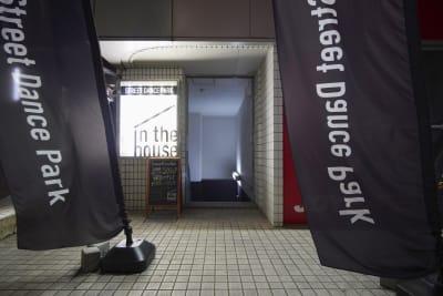 地下への階段を下ると入り口がございます。 - StreetDancePark A studioの外観の写真