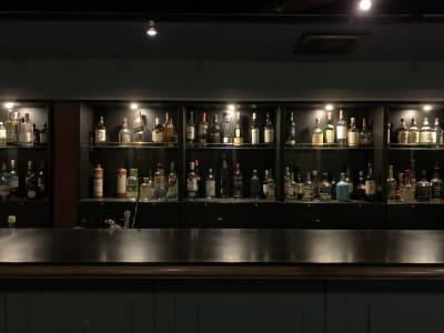 モダンレトロな雰囲気でとてもお洒落です。 - bar102 カウンターバースペースの室内の写真