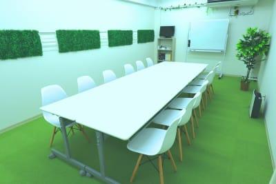 机は折りたたみ可能なので、広々と使えます。 - 【L⇔R赤羽】R・ROOM 多目的スペースの室内の写真