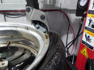 ビートを持ち上げたところ - けんちゃん工房 レンタルガレージ/レンタルピットの設備の写真