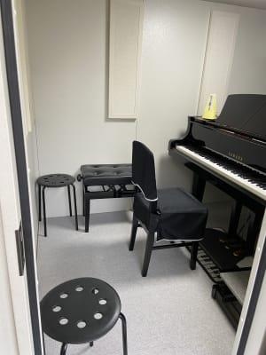 防音室内手前の画像です。この中は演奏者の他2名まで入れます。 - パウゼ音楽教室 レンタル練習室(ピアノ)の室内の写真