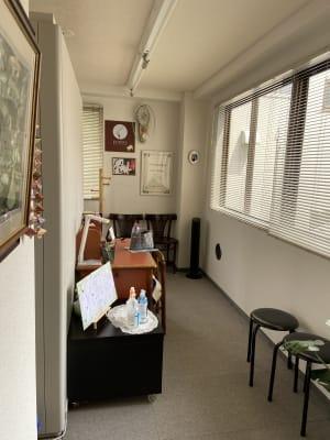 防音室入室まえのスペースです。ここには防音室外で4~5名の方はお待ちいただけます - パウゼ音楽教室 レンタル練習室(ピアノ)の室内の写真
