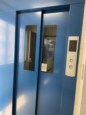 当ビルのエレベーターです。 - パウゼ音楽教室 レンタル練習室(ピアノ)の入口の写真