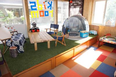 アウトドアスペース。キャンプの雰囲気が楽しめる部屋。着替えや休憩室としても。(※ダンススタジオとしてご利用の方は、家具・備品がこちらに移動になりますので狭くなります。) - Emon's chouchou イベントスペース、ダンススタジオの室内の写真
